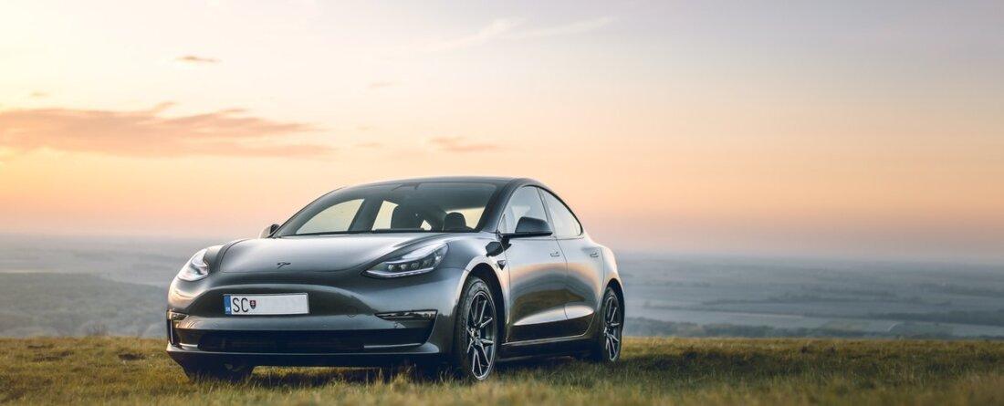 ein Tesla im Sonnenuntergang